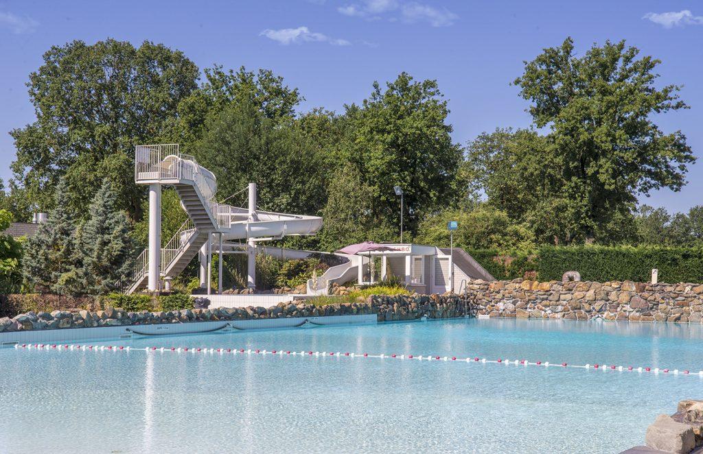 kamperen buiten zwembad de luistert
